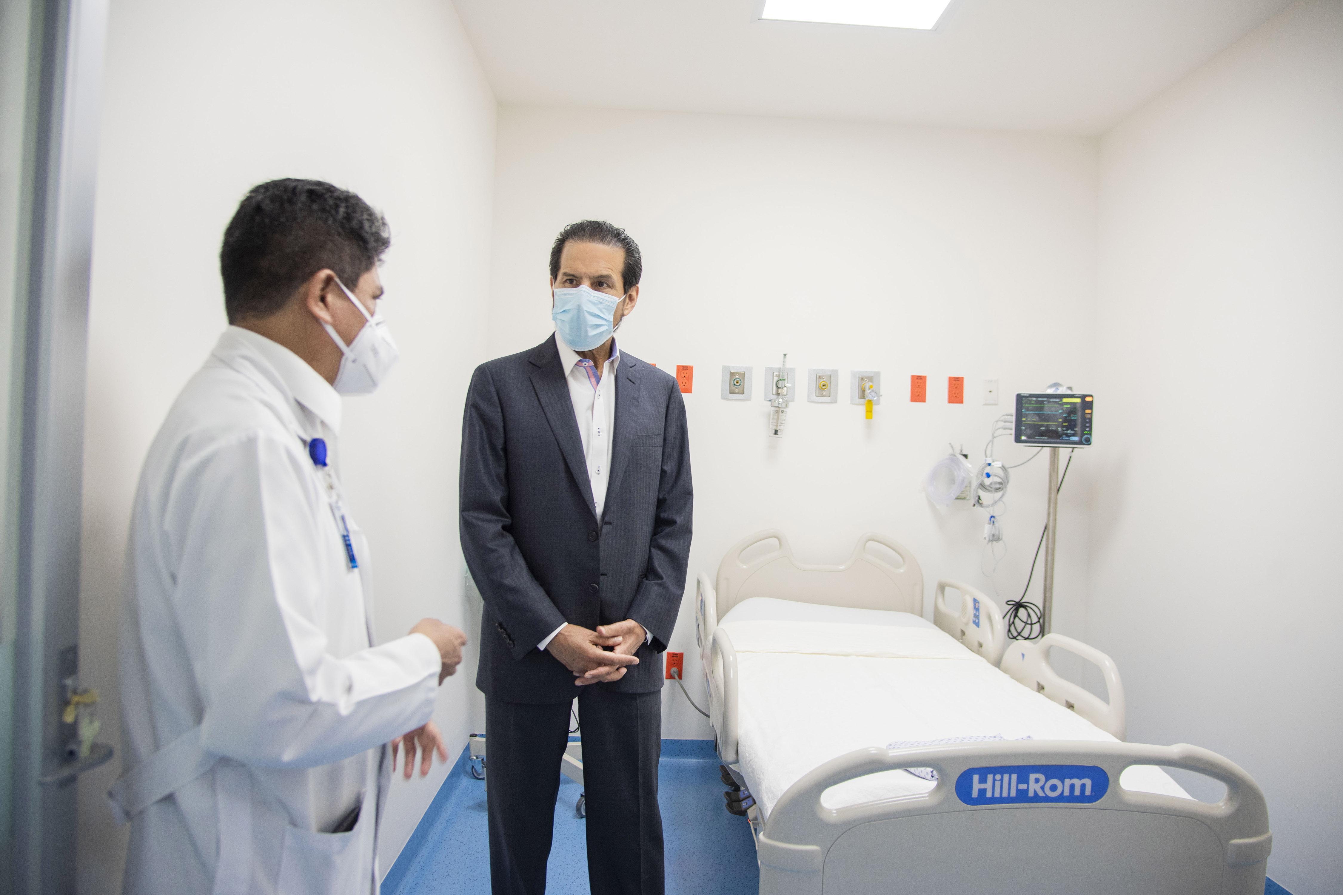 El rector Esparza en una reciente visita al Hospital Universitario de Puebla