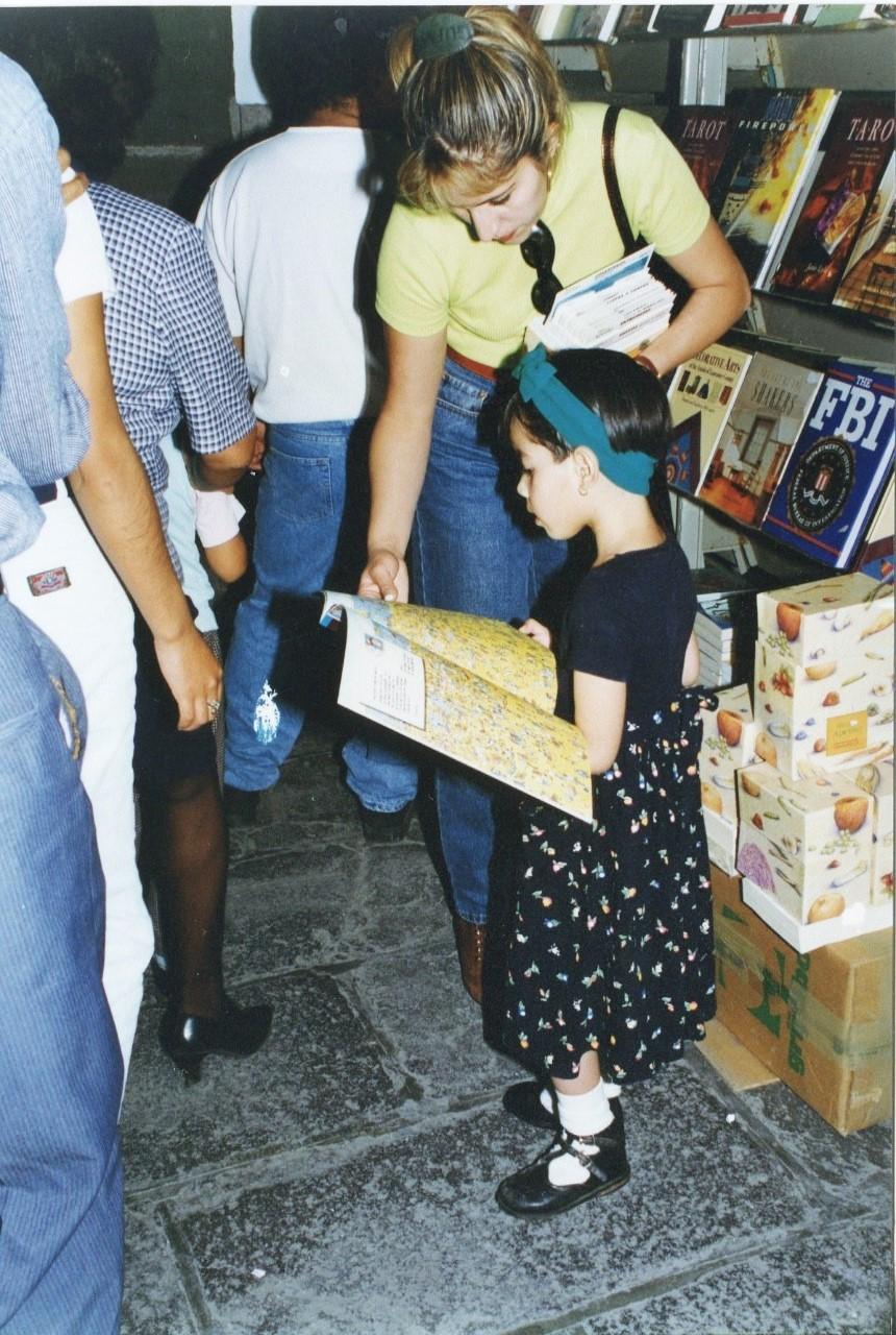 Niña leyendo un libro en la Fenali 1992 Edificio Carolino